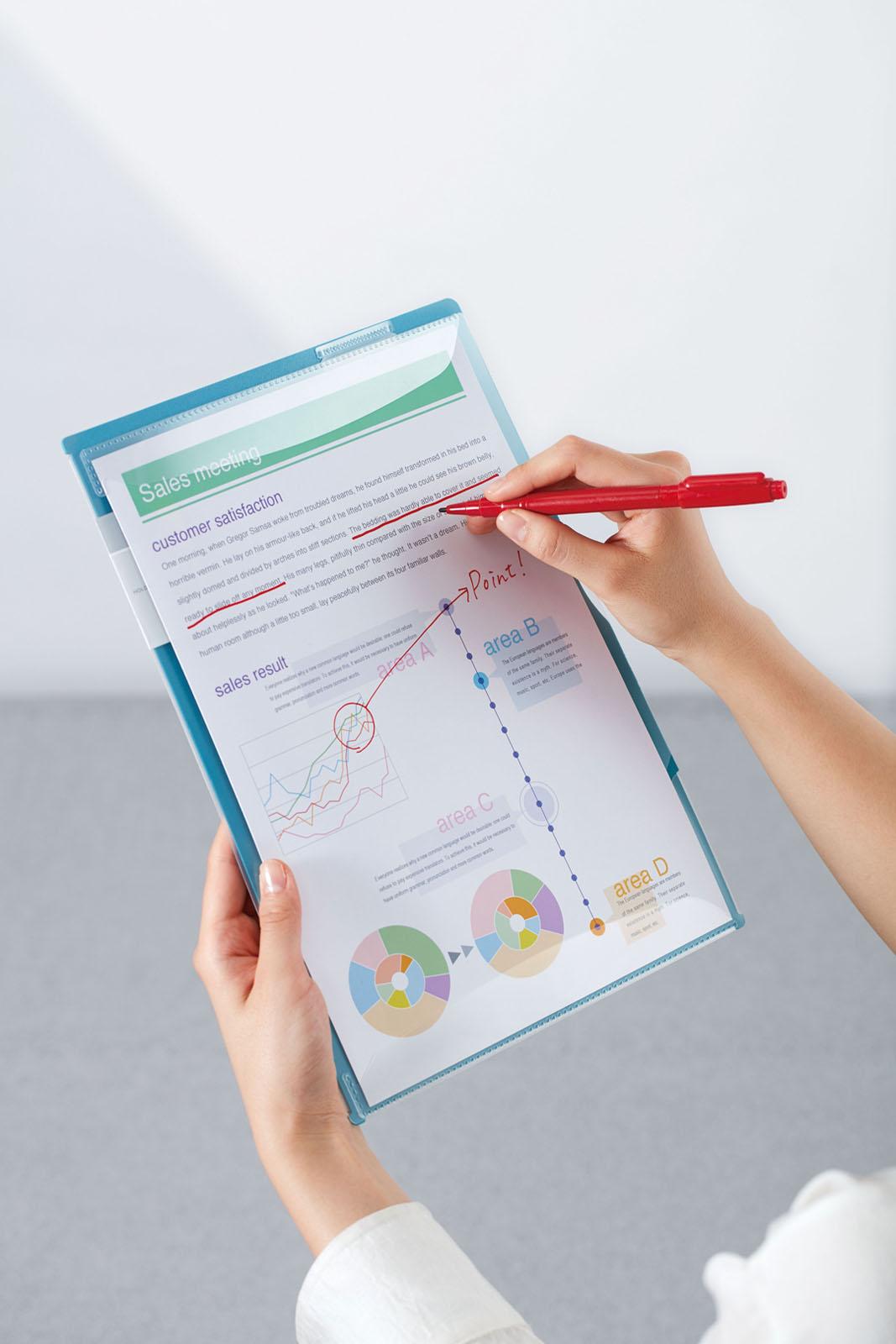 ↑表紙には、立ったままでも書き込みやすいよう、厚みのある素材を使用。ペンホルダーも備え、これだけあればすぐにメモを取れる。フラップはアーチ型で、書類を挟みやすい