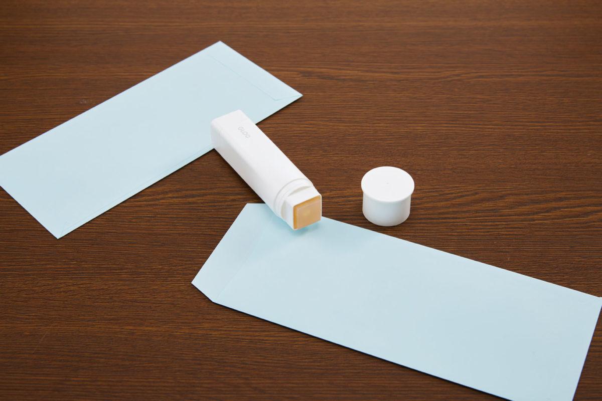 ↑薄い紙でも接着時に波打たず、スクラップブックやペーパークラフトなどを、より美しく仕上げるのに活躍する。接着力が強く封筒の封かん作業にもオススメだ。ボディが四角く転がり落ちにくいのもメリット