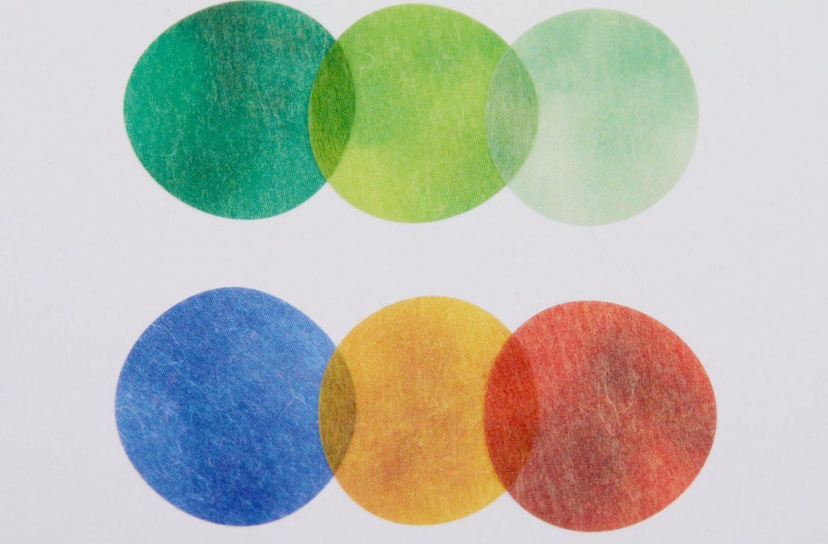 ↑和紙のように透け感のある素材。重ねて貼ると新しい色が生まれる