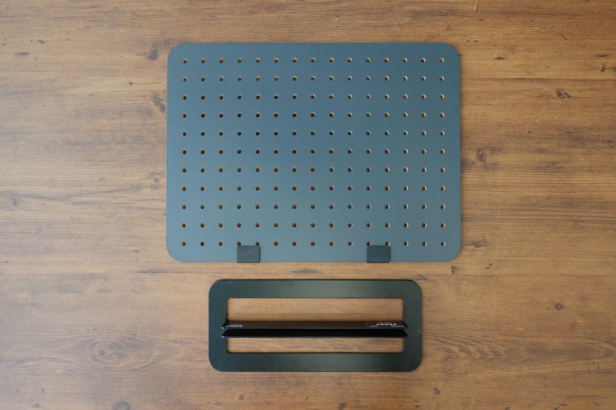 ↑幅40×高さ30cm程度とA3判に近いサイズのペグボードと、スタンドのセット。ボードをスタンドに差し込むだけの、シンプルな仕組みで立ち上がる。ボード下部に貼り付けたクッション材「スペーサー」が、ボードとスタンドとの隙間をふさぐ