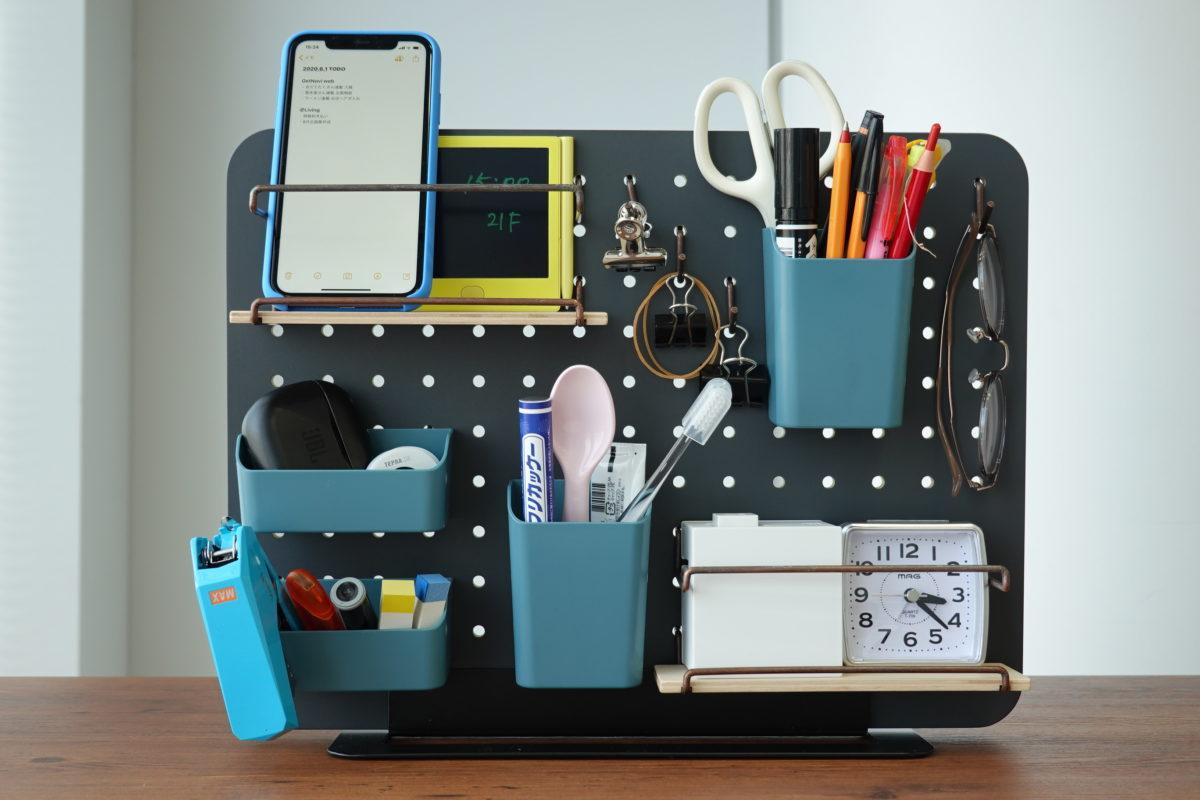 ↑スマホから文房具、時計までデスクの上でバラバラになっていた小物をここへ集約