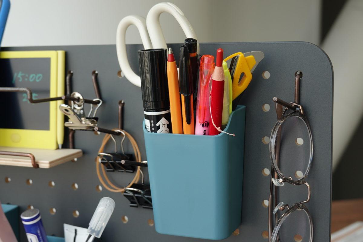 ↑ペンやハサミ、カッターなどは縦型の「ペンスタンド」へ。上部に向かって広がったデザインなので、目一杯詰め込んでも意外に取り出しやすい