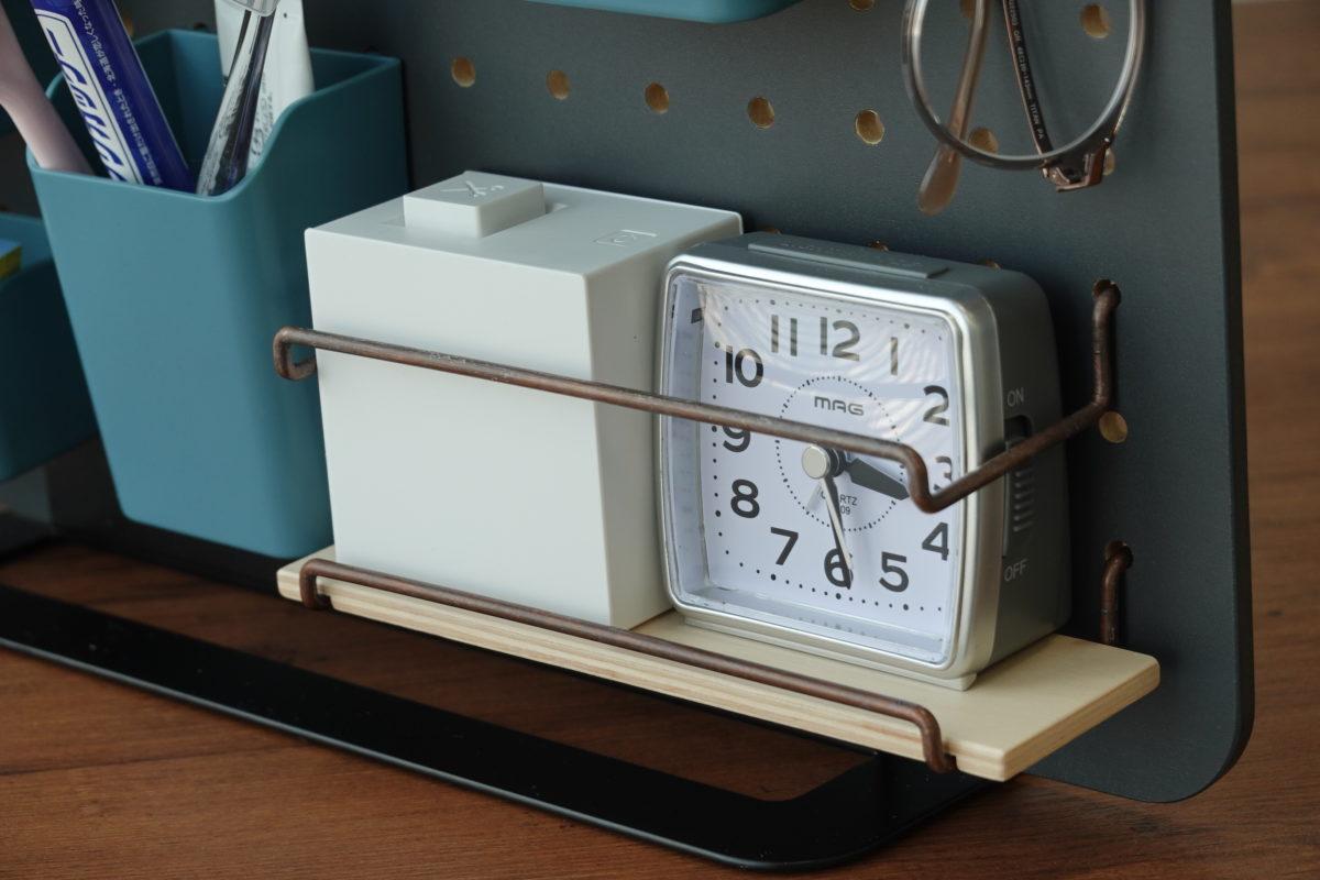 ↑いつでも目視できるようにしておきたい時計と、角ばったフォルムのテプラも、「ミニシェルフ」に。下部に配置しアイテムも安定しているものなら、上のバーフックは外してもいいかもしれない