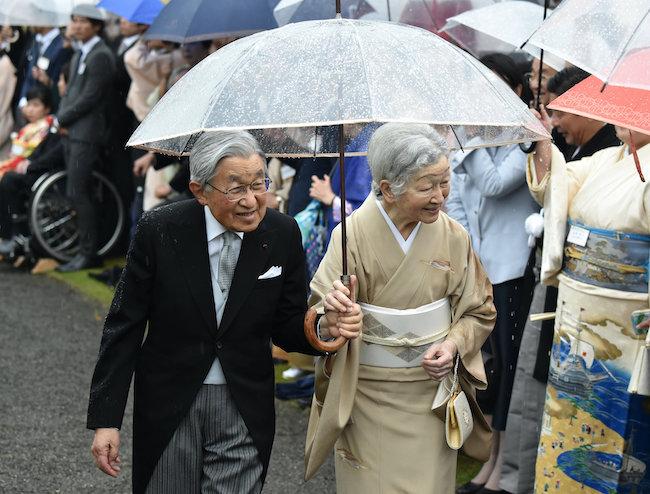 ↑2018年、赤坂御所での秋の園遊会での天皇皇后(当時)両陛下。「ホワイトローズ」の傘を使われています