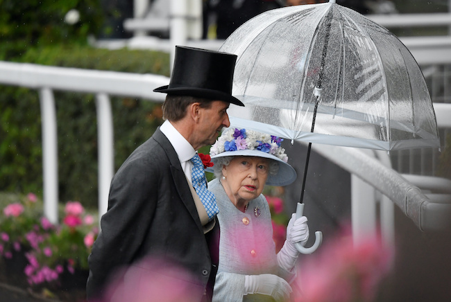 ↑「ロイヤル・アスコット」で自ら「フルトン」の傘をさすエリザベス女王