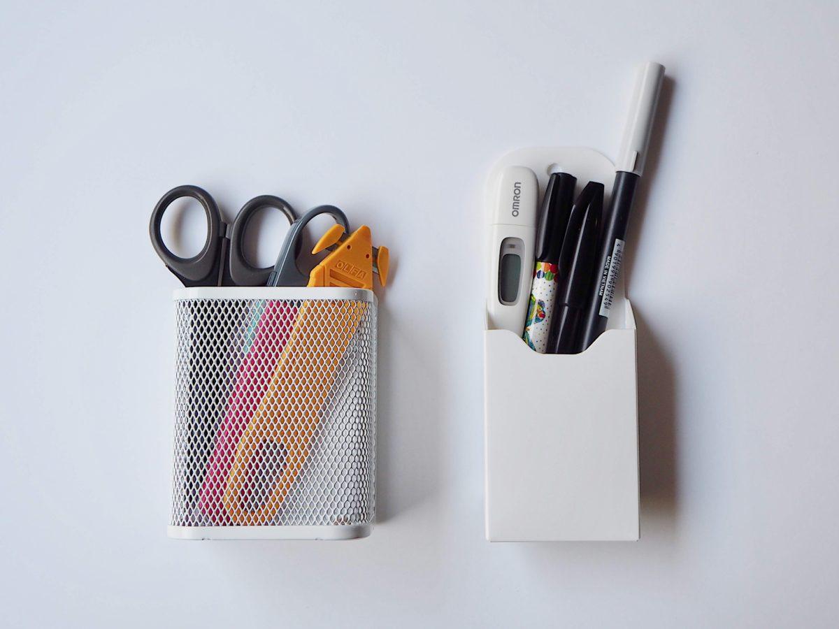 ↑どちらのペン立てにも裏面にマグネットがついており、冷蔵庫に貼り付ければ取りやすい高さに設置してペンやハサミなどをまとめておける