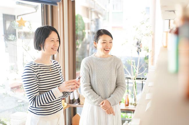 ↑著者の田中のり子さん(左)と、「マヒナファーマシー」の店主・中山晶子さん(右)。同書の中では、中山さんが日課にされているセルフ・ロミロミのやり方や、田中さんも愛用されているフラワーエッセンスの活用方法について語られている