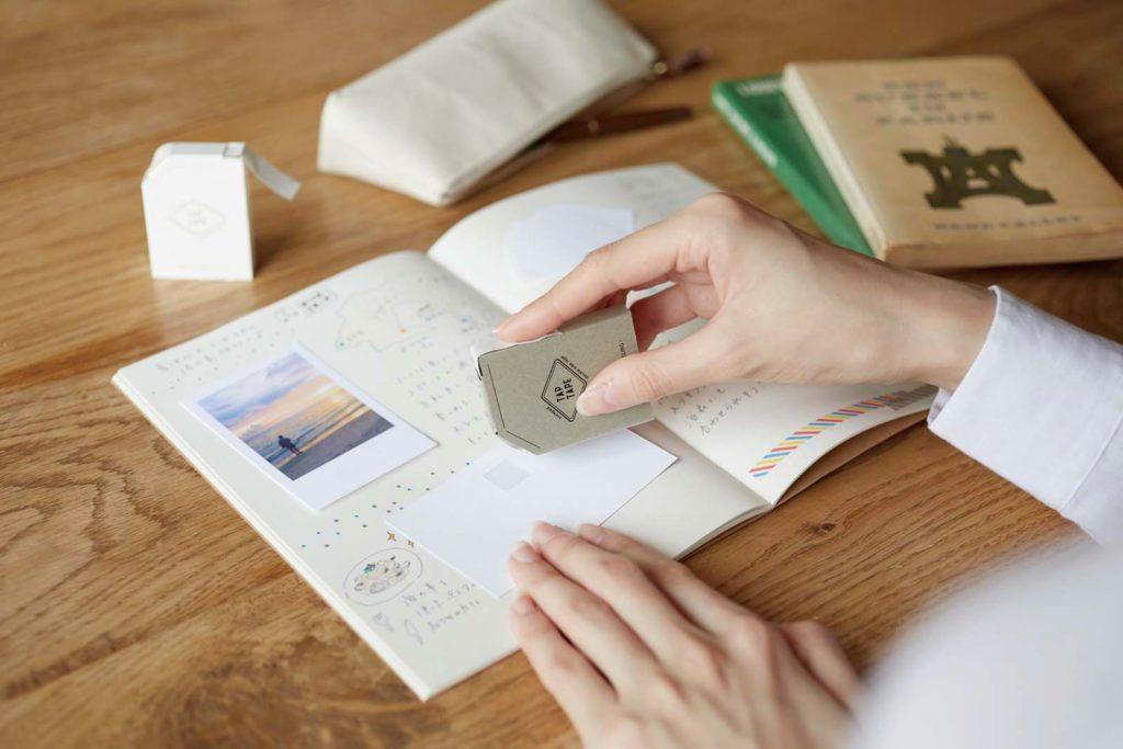 ↑カンミ堂「TAP TAPE」495円(税込):スタンプのように捺して貼ることができる両面テープ。剥離紙を剥がしたり、ハサミで切ったりする手間がない。片面は再剥離仕様なので、貼り剥がしも可能だ