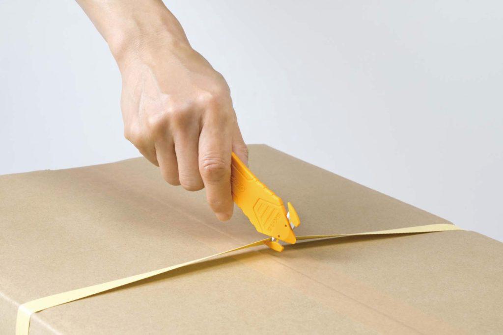 ↑オルファ「カイコーン」実売価格192円(税込):指が触れにくい位置に刃を搭載した安心設計のダンボールオープナー。PPバンドやストレッチフィルムもよく切れる。先端はテープスリッターとして使える