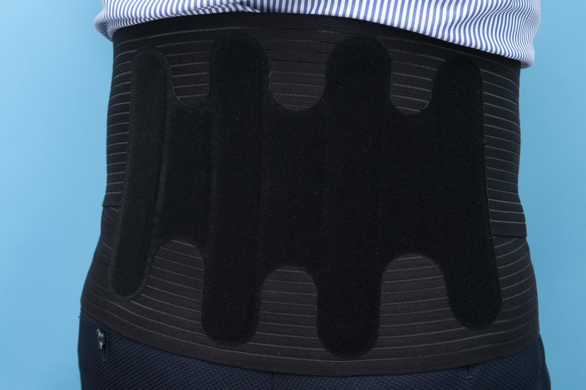 ↑背中・腰側を「ボーン」が固定。これにより背筋がスッと伸びる