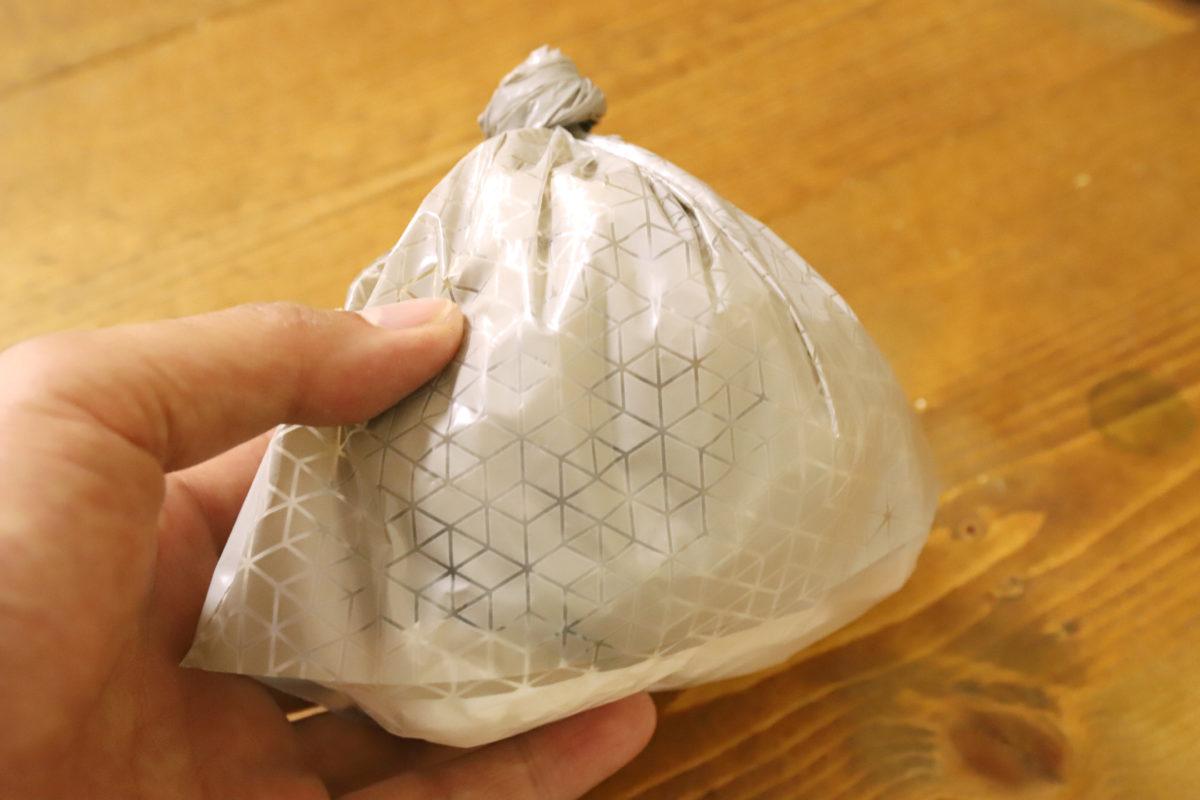 ↑元が小さな袋なので、縛るとこれぐらいのサイズになる
