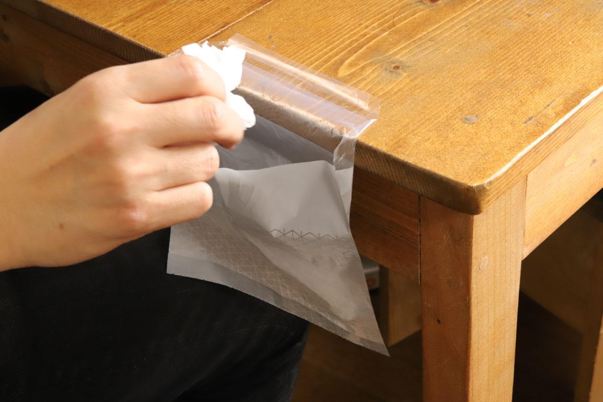 ↑ゴミ袋を貼ると、こういった状態に。手元で出たゴミがすぐに捨てられる気軽さがいい