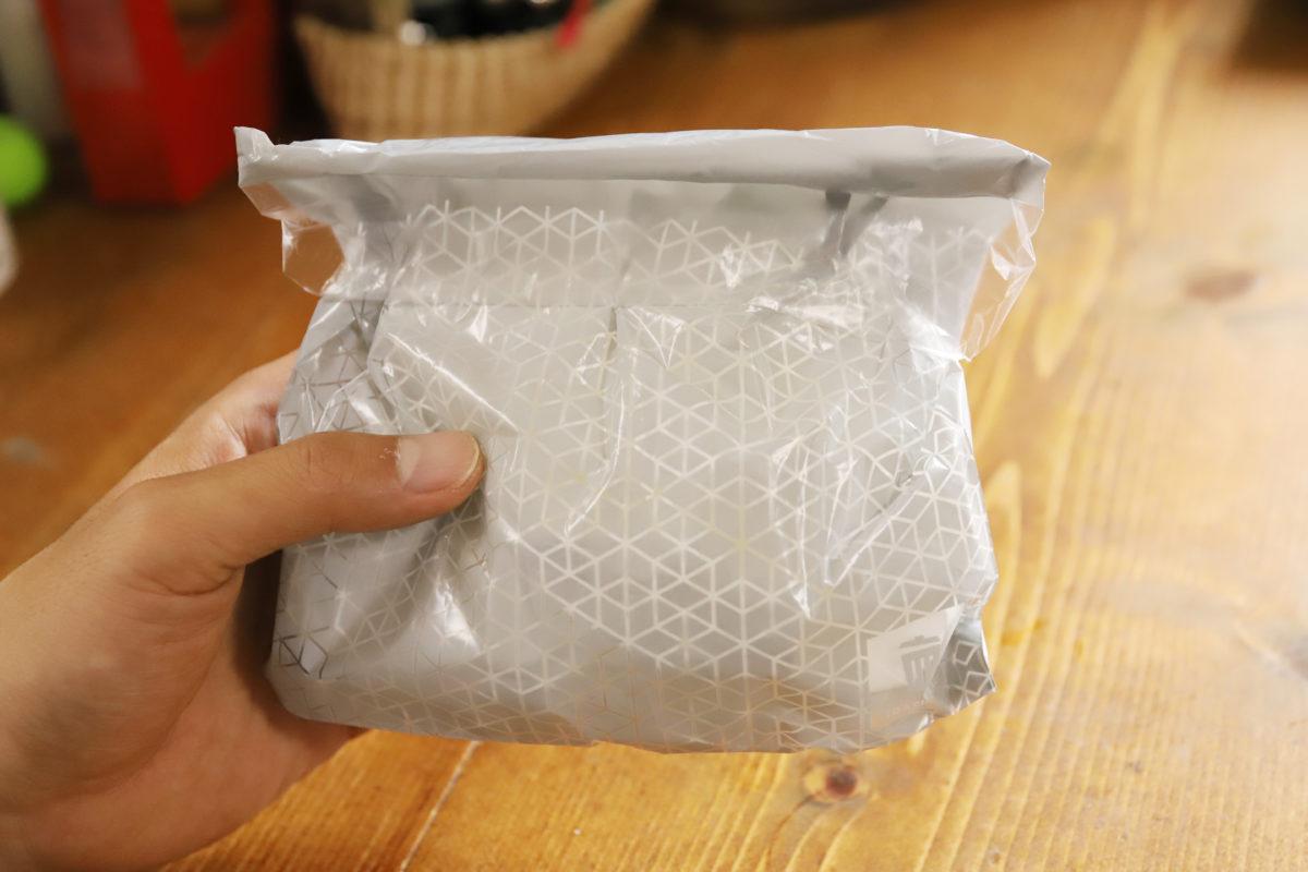 ↑廃棄時は、机に貼っていた粘着部を折り返して、封に再利用。これも手軽でいい