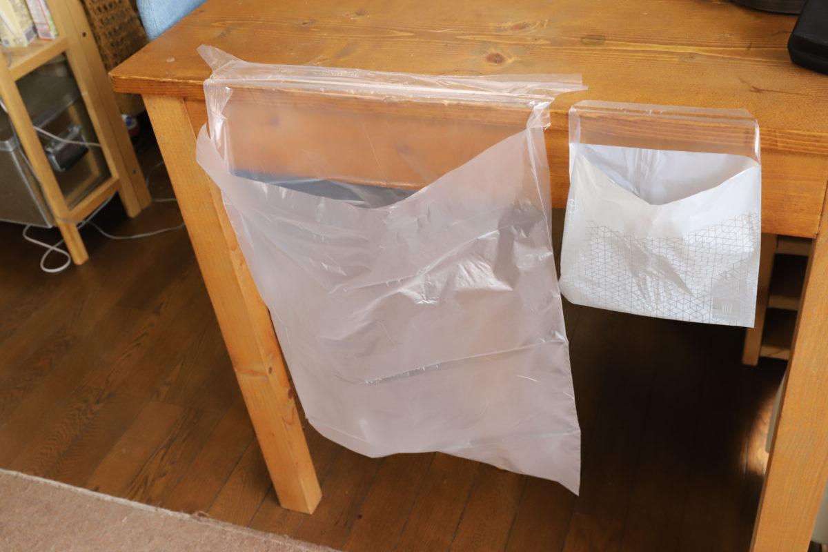 ↑「ゴミ箱いらずのテープ付きゴミ袋」(左)と比べると、かなり小さい。こまめにゴミを廃棄するには、これくらいのサイズ感がいいのだ
