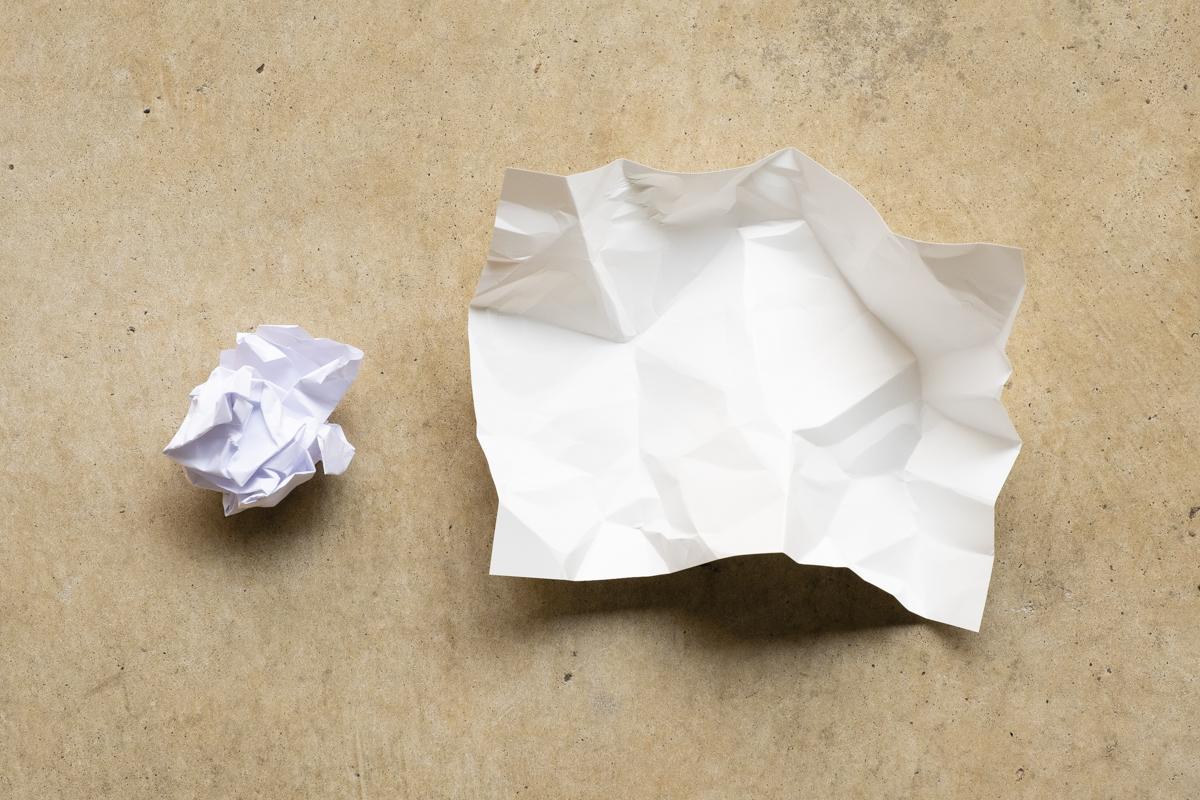 ↑くしゃくしゃに握り潰して丸めてみたところ、ユポ紙(右)の方は自然に開いてきます。少し跡はついていますが、広げればある程度再利用できそうなレベル。一方普通の紙は丸めたことで強度が落ちてしまいました