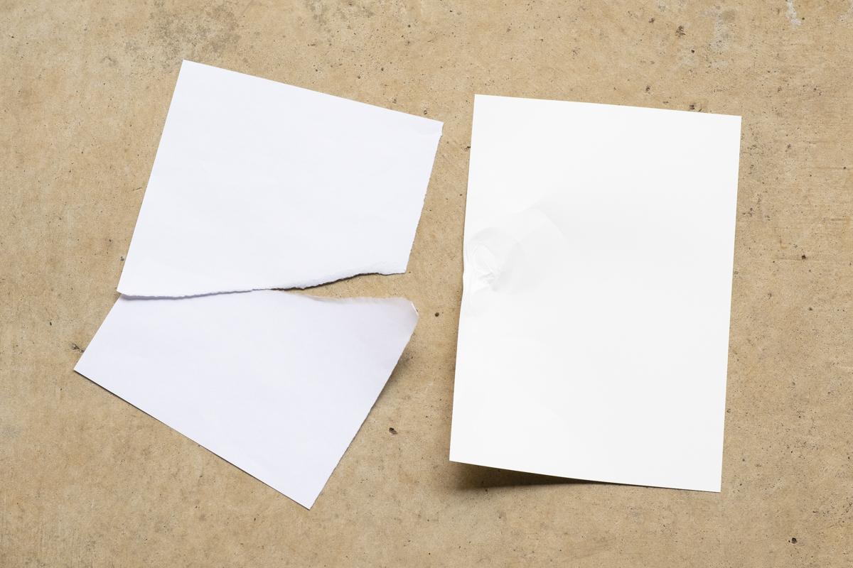 ↑ユポ紙を破ろうとしたところ、端部がほんの少し伸びる程度でなかなか破れません。強度や耐久性が高いユポだからこその結果です。紙はもちろん、あっさりとビリビリに