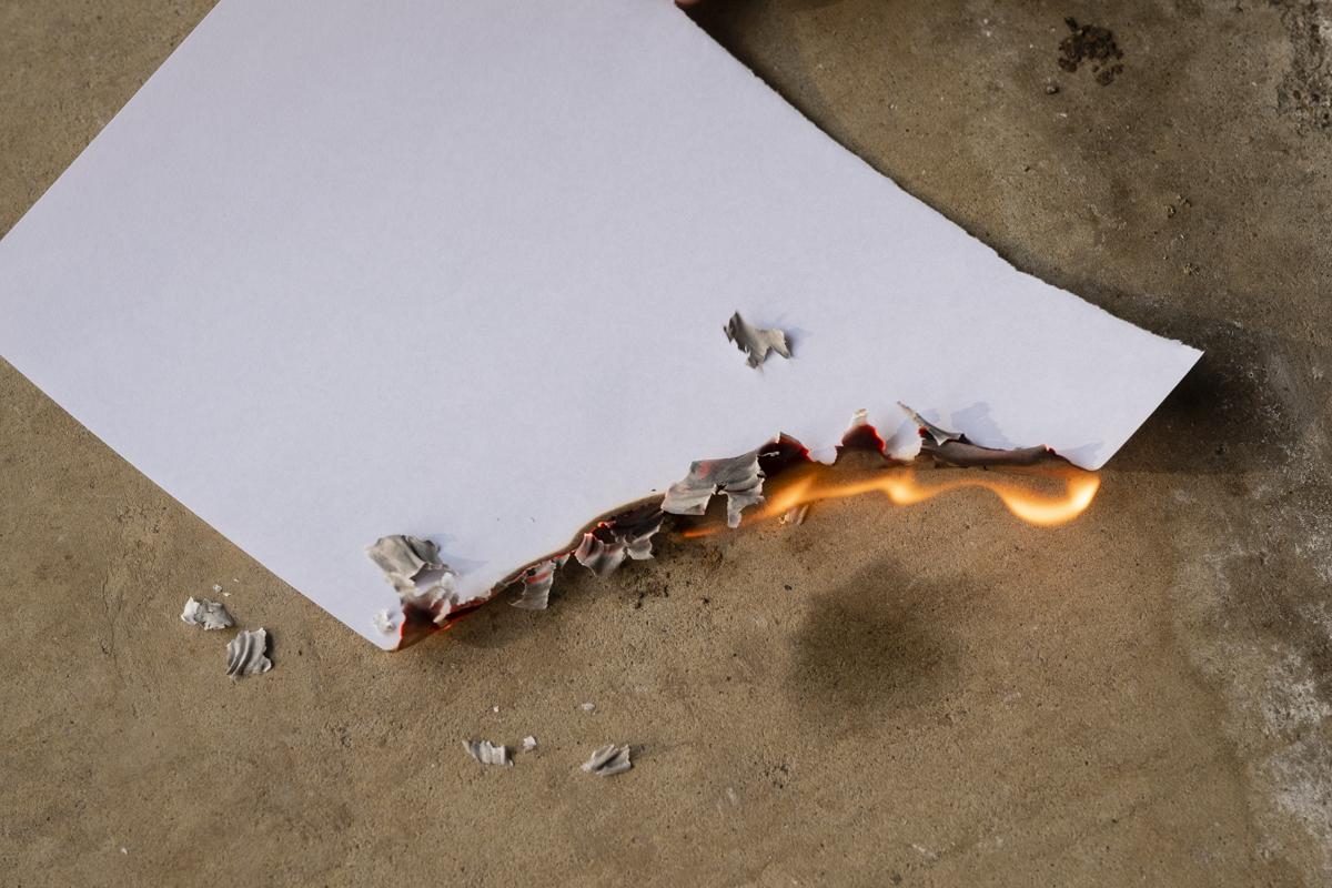 ↑燃えカスの灰がポロポロと生じる紙