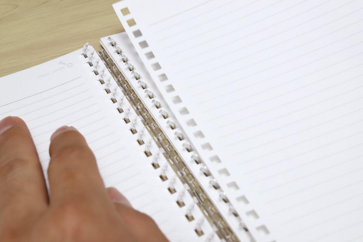 ↑独自のツイストリングが開閉することでページの抜き差し編集が可能な「ツイストノート」(LIHIT LAB.)
