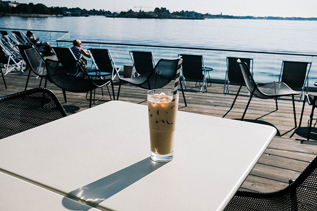 ↑「LÖYLY(ロウリュ)」内レストランの、海に面したテラス席
