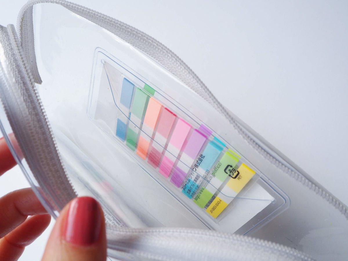 ↑前面に設けられたポケットには、付箋など厚みのない小物を入れておける