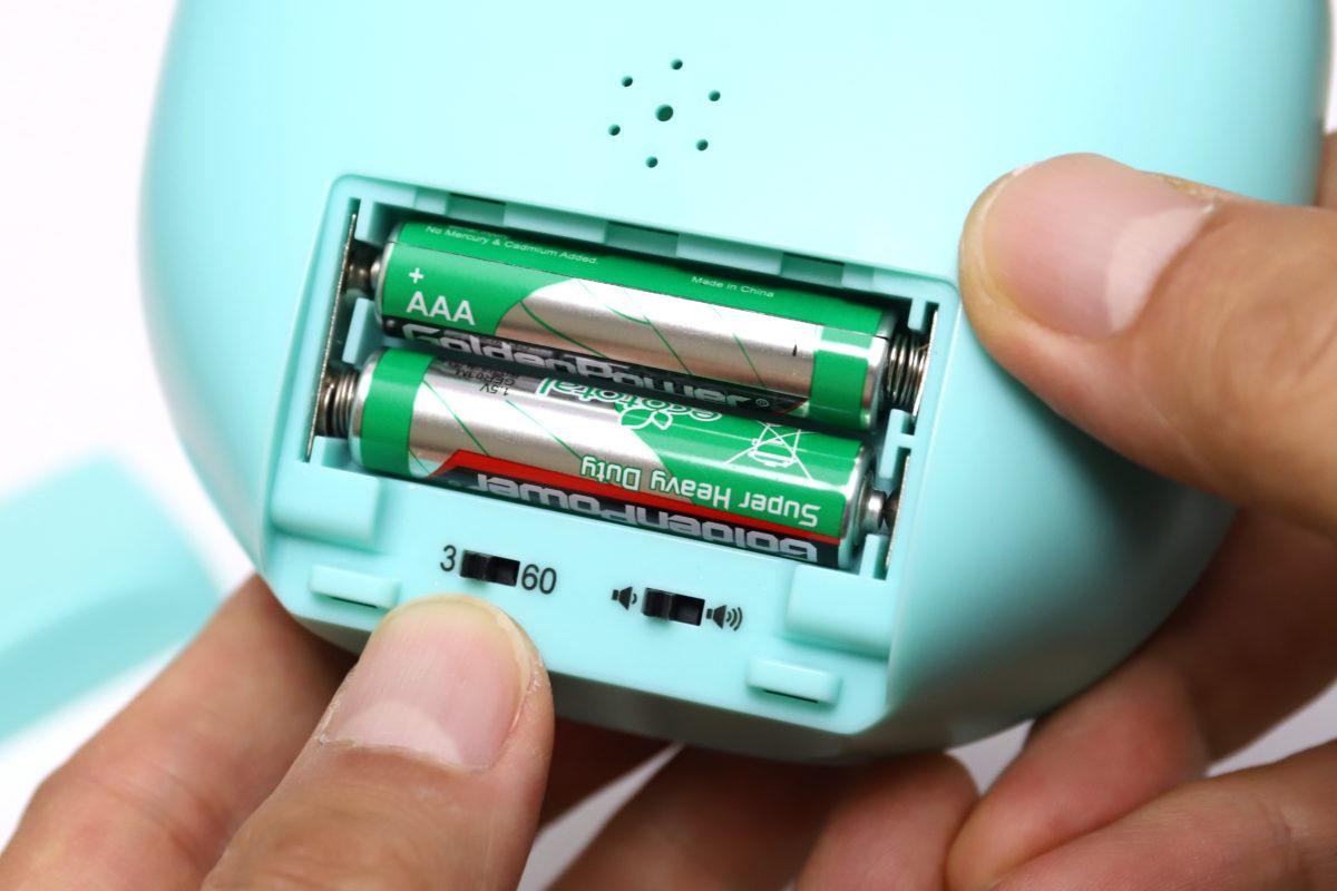 ↑電源は単4乾電池2本。下部のスイッチは、アラーム鳴動時間(3秒/60秒)とボリューム(小/大)。アラーム音は小でもかなり大きく響く