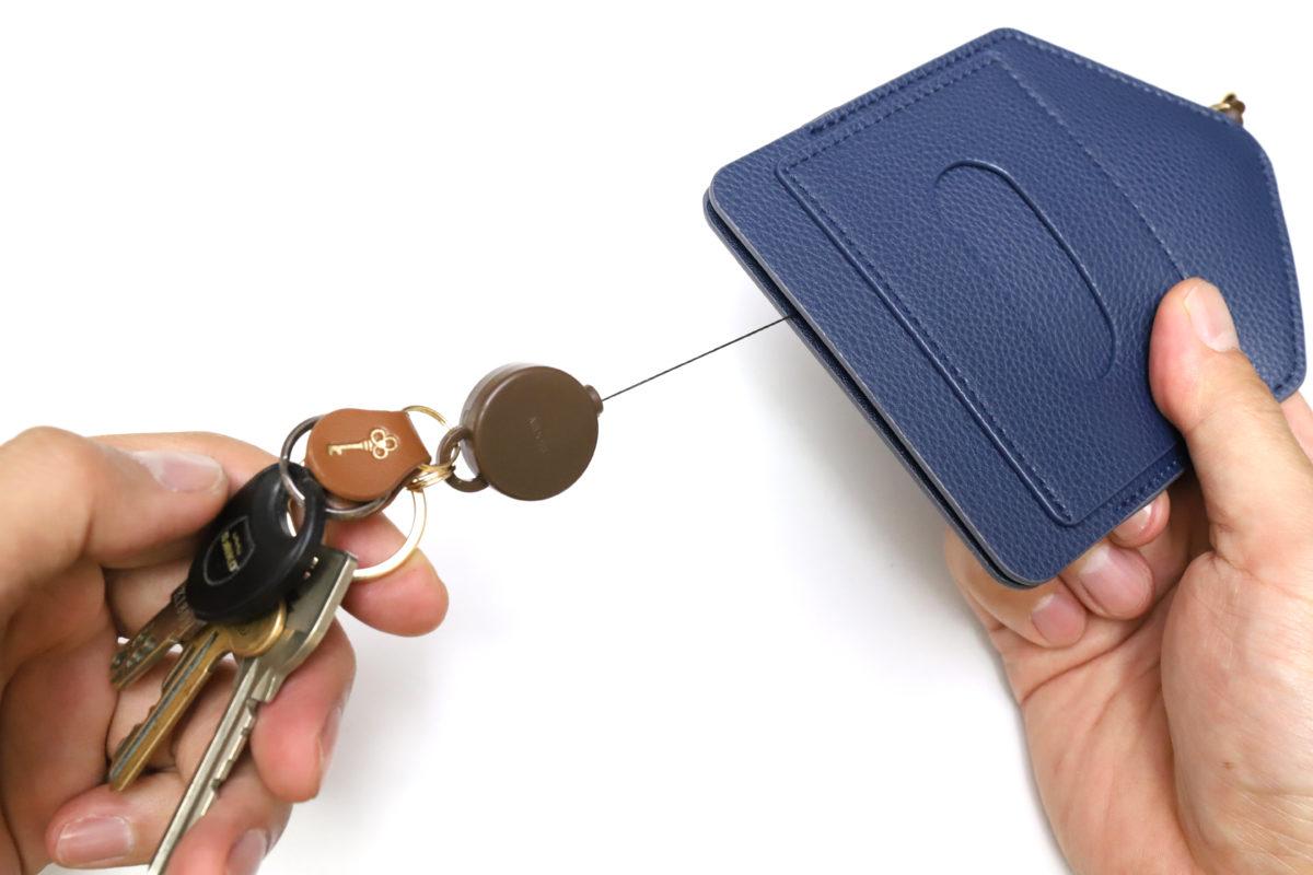 ↑パスケースの下開きポケットに収納された鍵束も、引っ張り出すとこのとおり