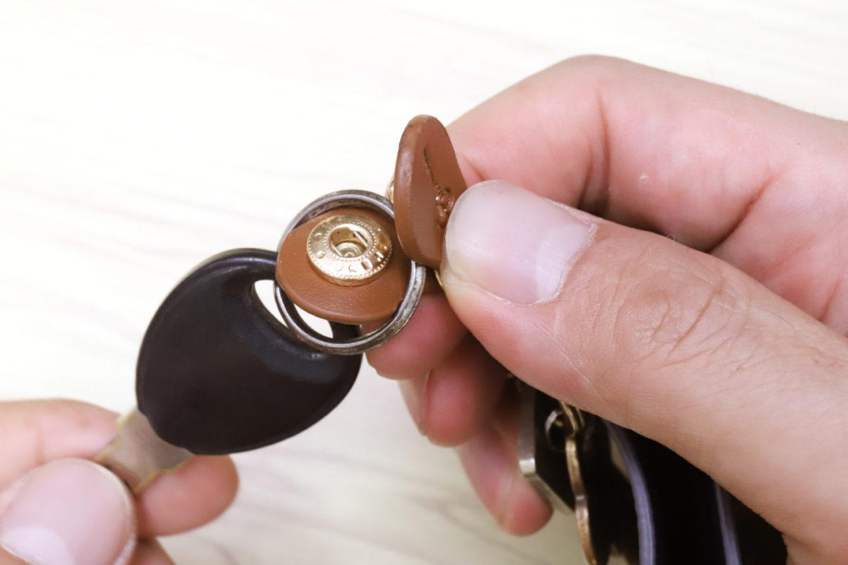↑スナップボタンのキーリングは簡単に外せるので、自転車の鍵などに最適だ